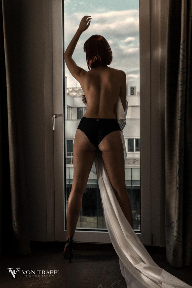 Boudoir Photographer sexy glamorous woman's photography.